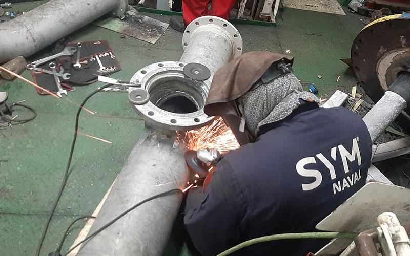Operarios reparación en dique seco