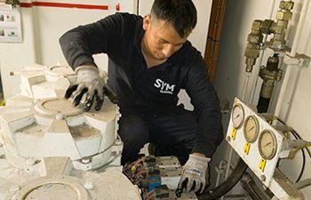 Operario eléctrico mantenimiento en crucero