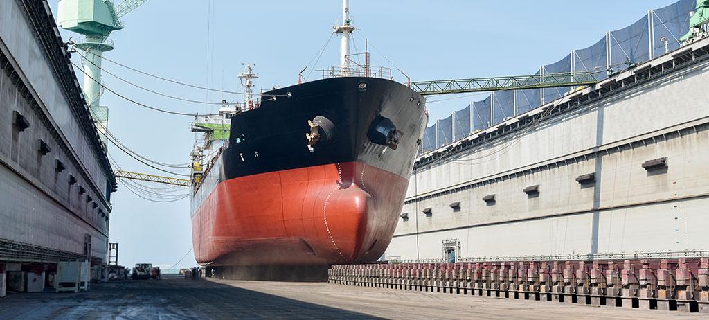 Opérateur réparant des navires de croisière en cale sèche