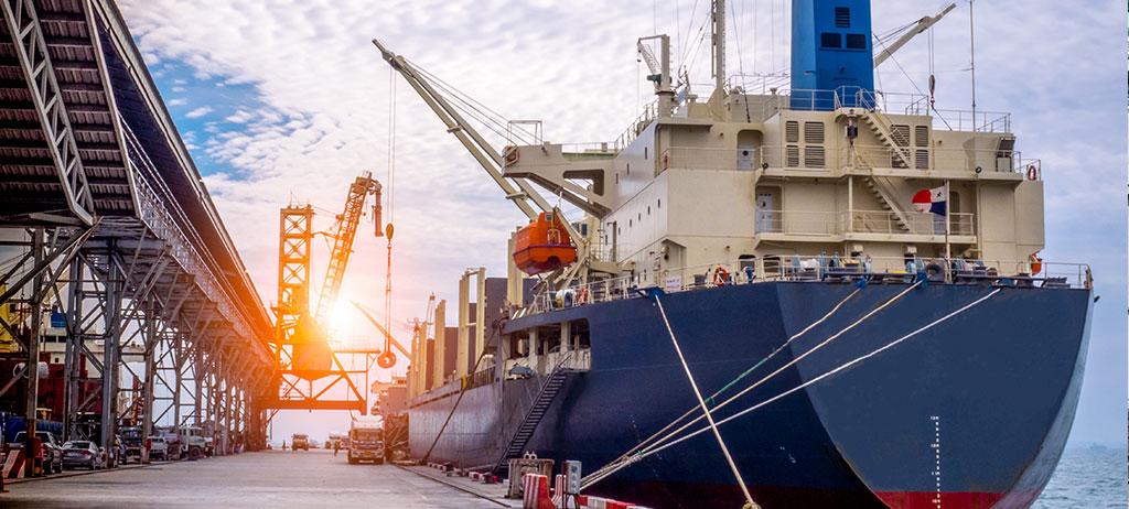 Operario reparación de cruceros en dique seco